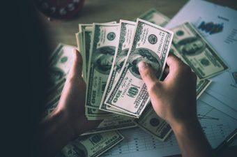الدولار ينخفض صوب أدنى مستوياته في شهر